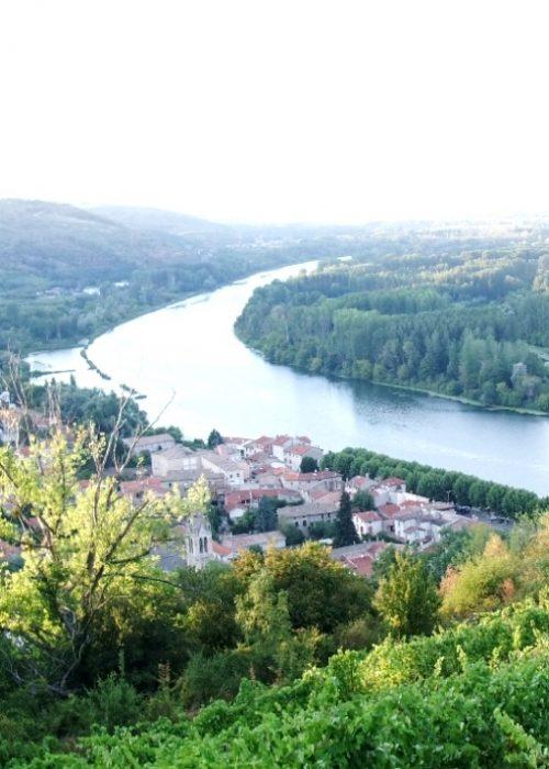 Serrières_(Ardèche)_vue_de_loin